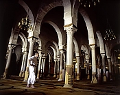 kairouan;homme;tradition;costume;salle-des-pri�res;Mosqu�e;Mosquee;architecture-musulmane
