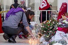 Rassemblement en hommage aux victimes devant musée du Bardo