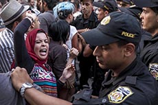Affrontements police et manifestants contre la loi de réconciliation